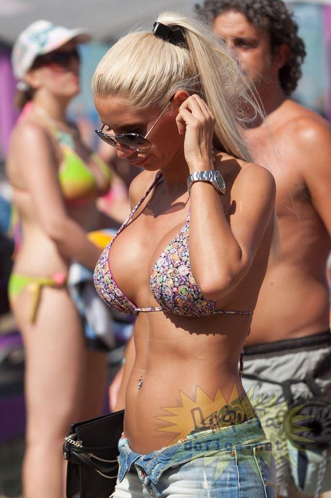 【外人】ヌーディストビーチで爆乳おっぱい全開な素人の金髪お姉さんのポルノ画像 9204