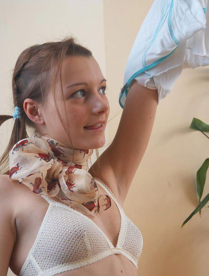 【外人】中出ししたら最高に気持ち良さそうなパイパンまんこをしている青い瞳のロシアン娘のポルノ画像 9212