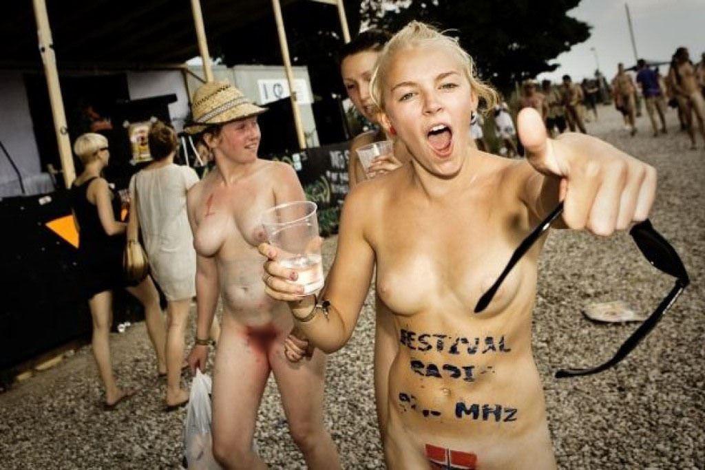 【外人】みんな当たり前のように裸で外をうろつく露出お祭りのポルノ画像 9222