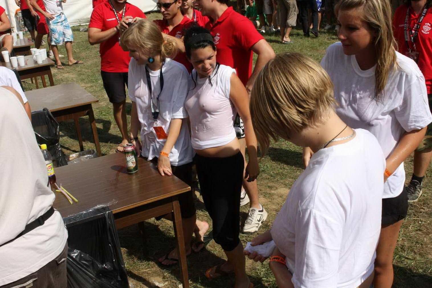 【外人】濡れTシャツフェスティバルで学生たちのおっぱいビショビショなポルノ画像 9223
