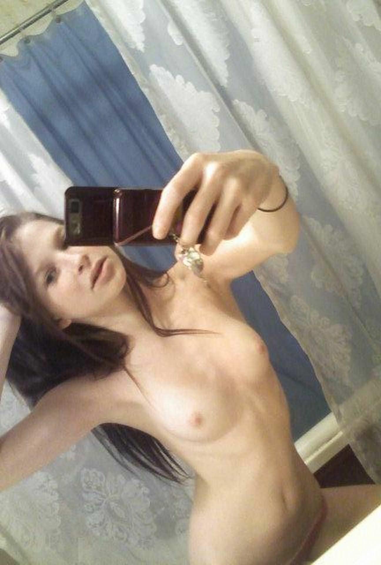 【外人】彼氏に天然パイパンまんこを自画撮りして送りつけるポルノ画像 9231