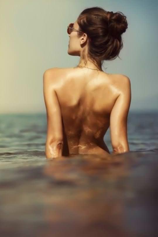 【外人】巨乳おっぱいを隠して美し背中を晒す美女のポルノ画像 964