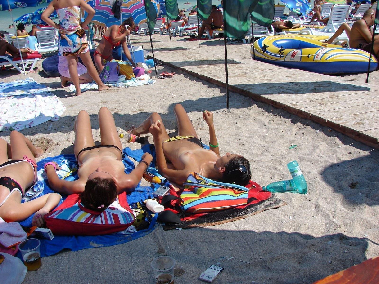 【外人】ヌーディストビーチで髪金の姉ちゃん盗撮し放題な露出エロ画像 971