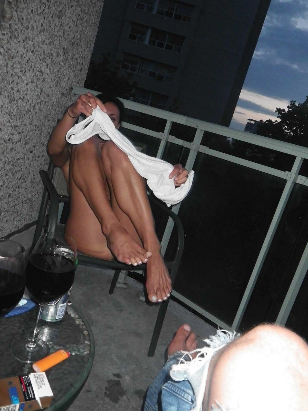 【外人】旦那の趣味でパイパンまんこやフェラしてる姿を撮られた巨乳人妻のポルノ画像 982