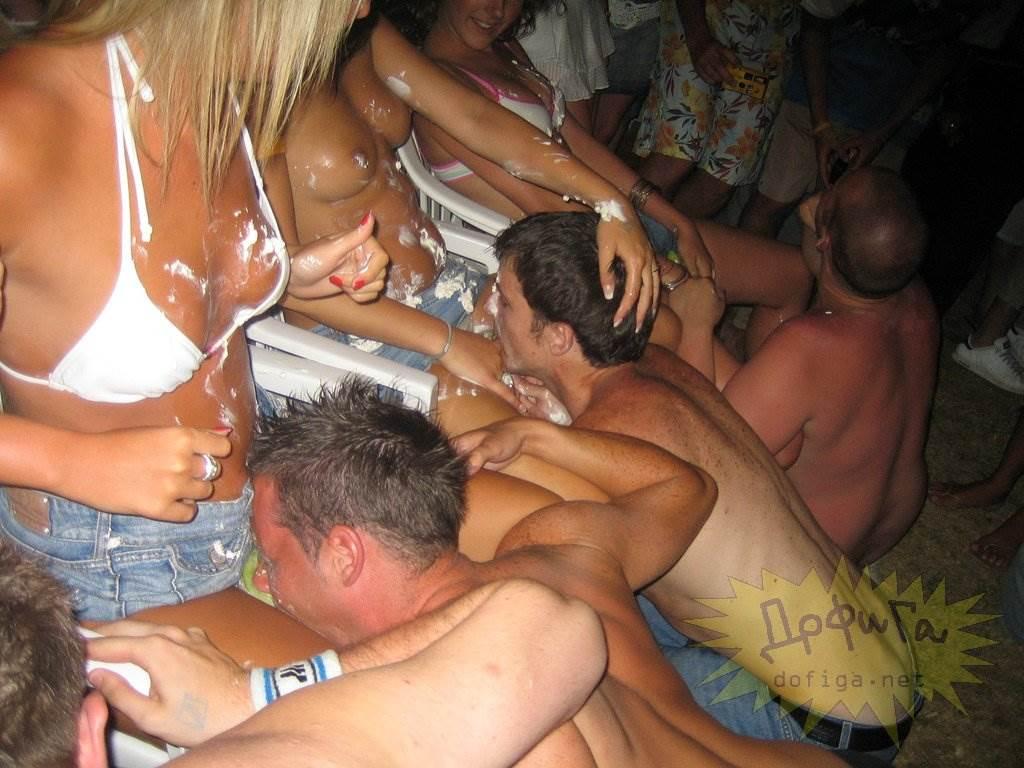 【外人】酒のんでエロくなり過ぎちゃったピチピチ素人娘がフェラまでサービスしちゃうポルノ画像 993