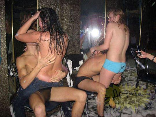 【外人】ウクライナの学生がクラブで全裸になって乱交寸前のポルノ画像 997