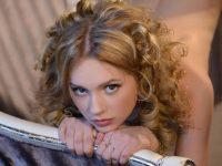 【外人】ウクライナ出身のお姫様のようなニカ(Nika)金髪美少女が真っ白なパイパンおまんこを披露するポルノ画像