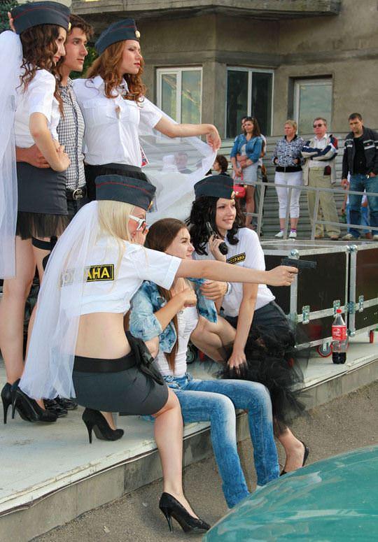 【外人】ロシア西部の警察がミニスカポリスのコスプレ婦警になってエロ過ぎるポルノ画像 26