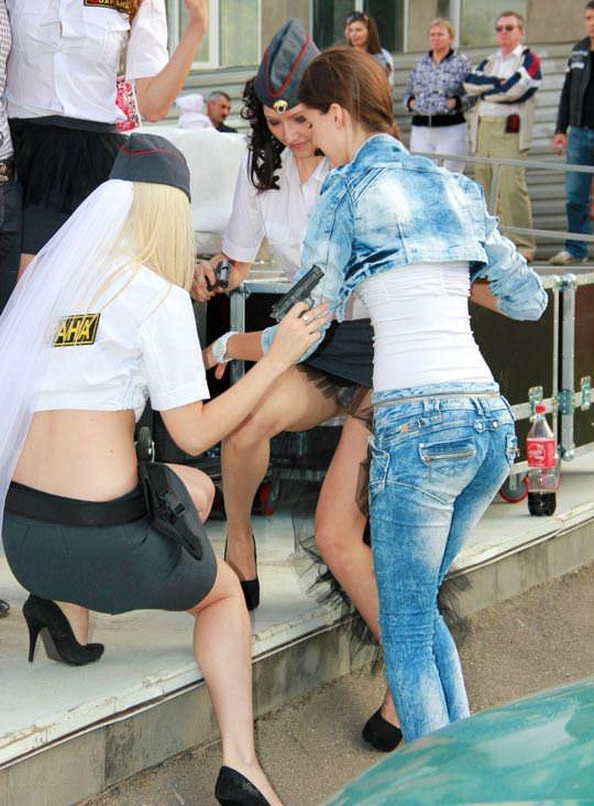 【外人】ロシア西部の警察がミニスカポリスのコスプレ婦警になってエロ過ぎるポルノ画像 27