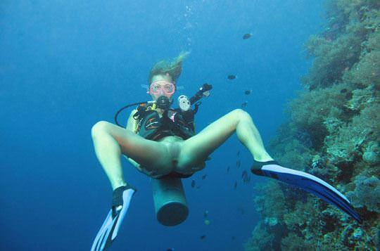 【外人】アワビかと思ったらおまんこだった水中に浮かぶ素人娘のポルノ画像 103