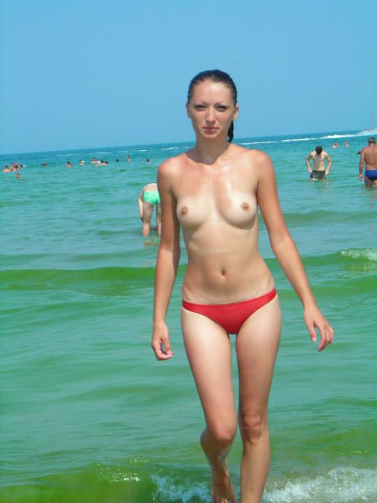【外人】フランスのヌーディストビーチで撮影された素人娘の巨乳おっぱいポルノ画像 1036