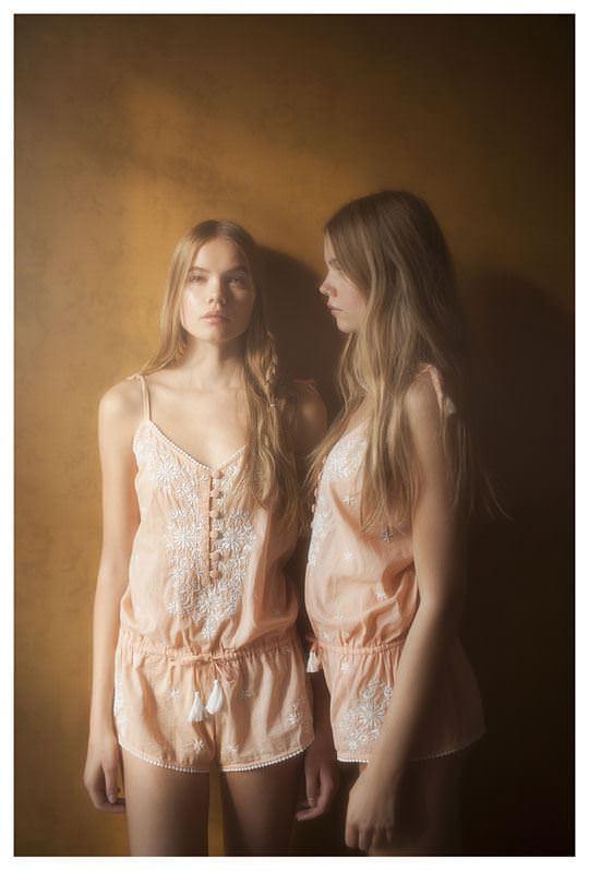 【外人】シースルーの下着を着た美少女姉弟のセミヌードポルノ画像 1047