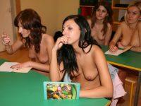 【外人】素っ裸のオールヌードで授業を受けるクラスのおふざけポルノ画像