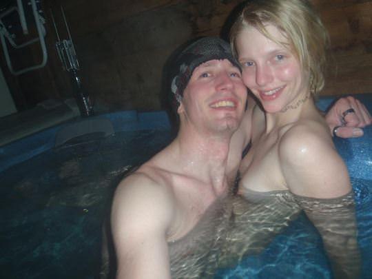 【外人】女友達と温泉入って自画撮りしたりおっぱい隠し撮りしてるポルノ画像 128