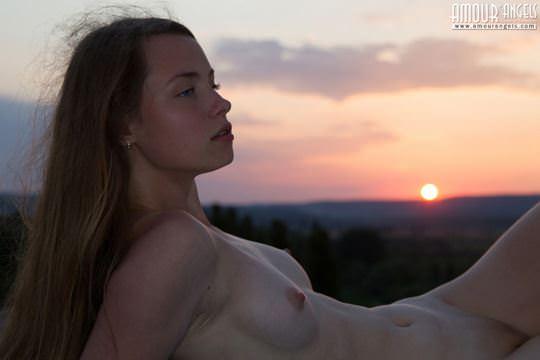 【外人】ウクライナが産んだ貧乳おっぱいロリ美少女リナ(Lina)が夕日に照らされおまんこご開帳してる露出ポルノ画像 1314