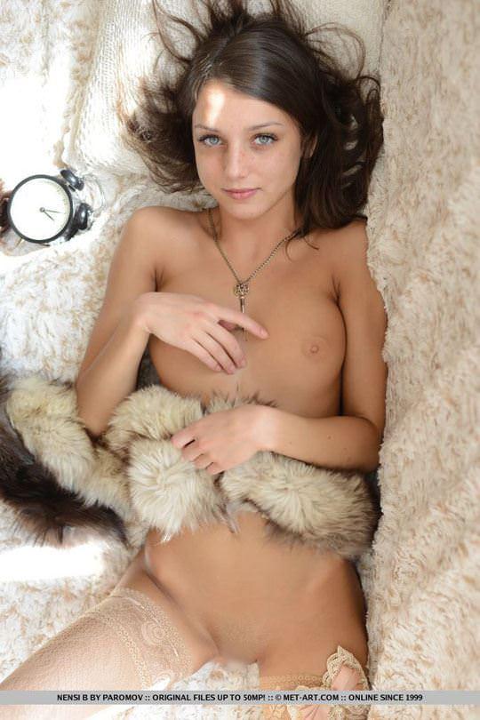 【外人】褐色肌とグリーの瞳のロシアン美少女ナンシー(Nensi B)のパイパンオールヌードポルノ画像 1552