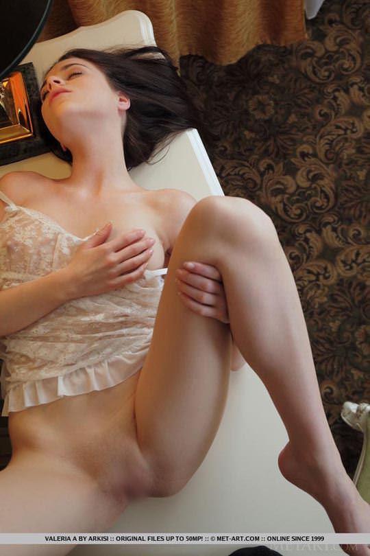 【外人】ウクライナの森から生まれたヴァレリア(Valeria A)美乳乳首とパイパンの色気が美しいポルノ画像 1659