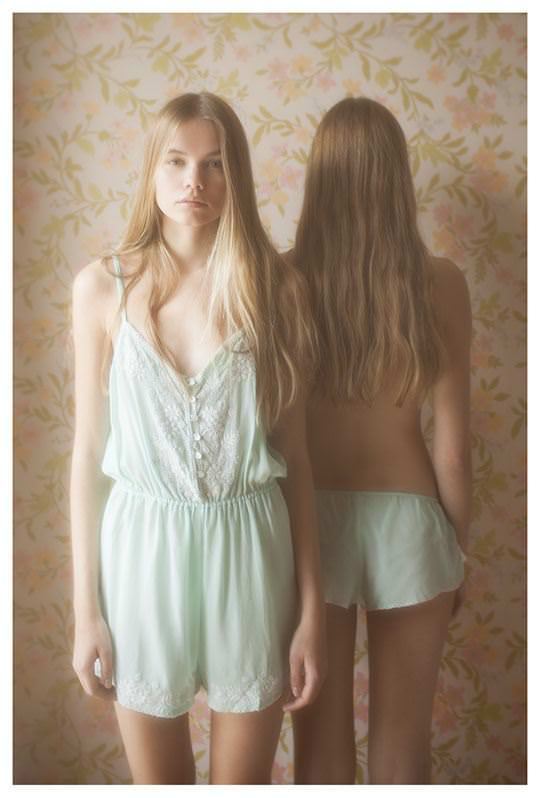 【外人】シースルーの下着を着た美少女姉弟のセミヌードポルノ画像 1936