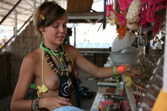 【外人】クリミア半島のヌーディストビーチでおっぱい出してる可愛い子が多すぎるポルノ画像 2015