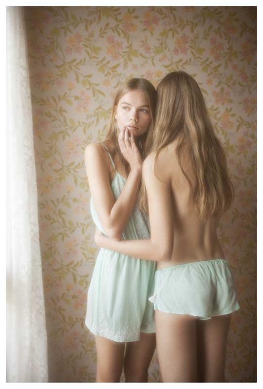 【外人】シースルーの下着を着た美少女姉弟のセミヌードポルノ画像 2036