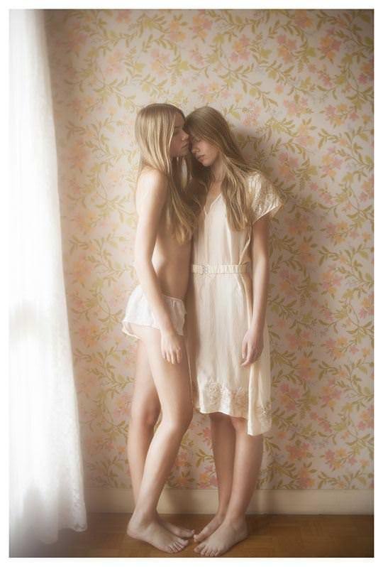 【外人】シースルーの下着を着た美少女姉弟のセミヌードポルノ画像 2162