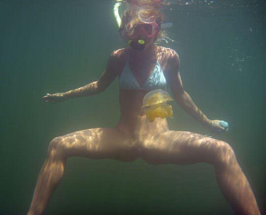 【外人】アワビかと思ったらおまんこだった水中に浮かぶ素人娘のポルノ画像 218