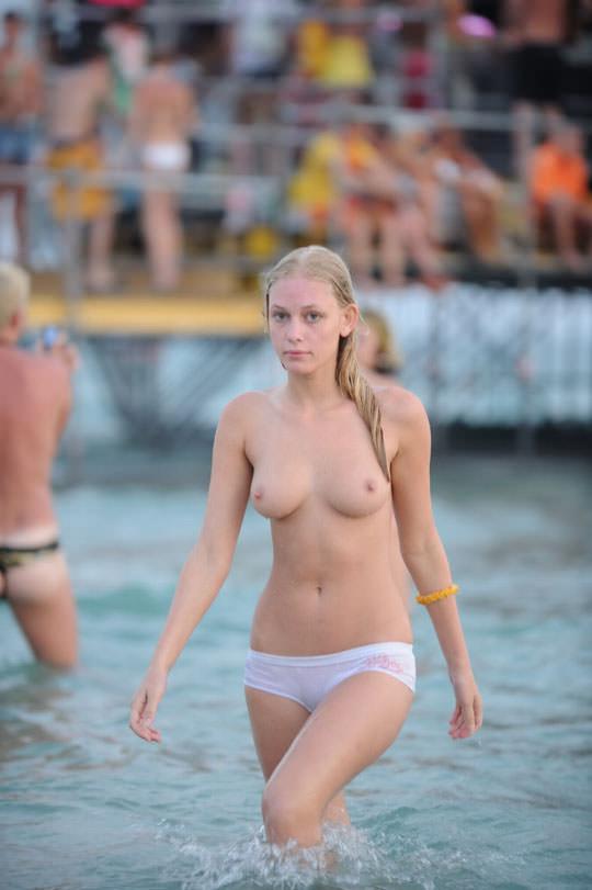 【外人】フランスのヌーディストビーチで撮影された素人娘の巨乳おっぱいポルノ画像 2228