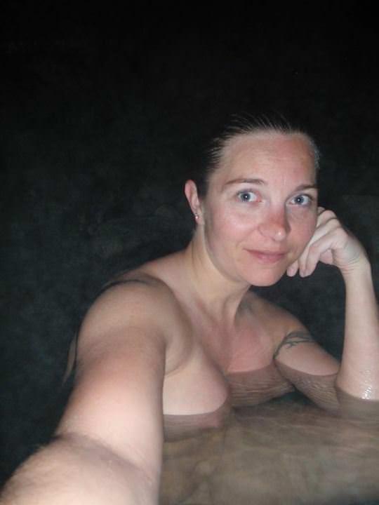 【外人】女友達と温泉入って自画撮りしたりおっぱい隠し撮りしてるポルノ画像 225