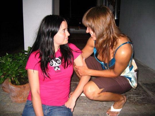 【外人】外国人の可愛い素人娘が胸チラでピンク乳首を見せてるポルノ画像 2534