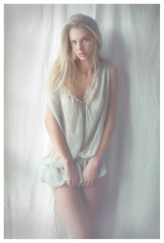 【外人】誰もが認める北欧系美女の芸術的セミヌードポルノ画像 303
