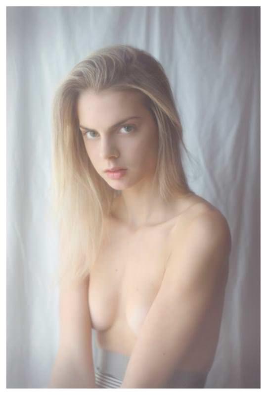 【外人】誰もが認める北欧系美女の芸術的セミヌードポルノ画像 3112