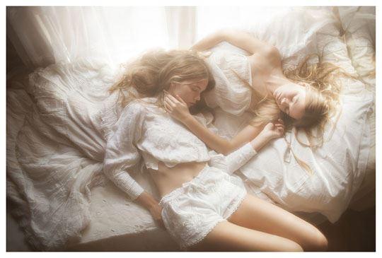 【外人】シースルーの下着を着た美少女姉弟のセミヌードポルノ画像 3126