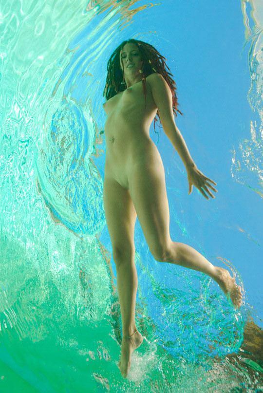 【外人】アワビかと思ったらおまんこだった水中に浮かぶ素人娘のポルノ画像 316