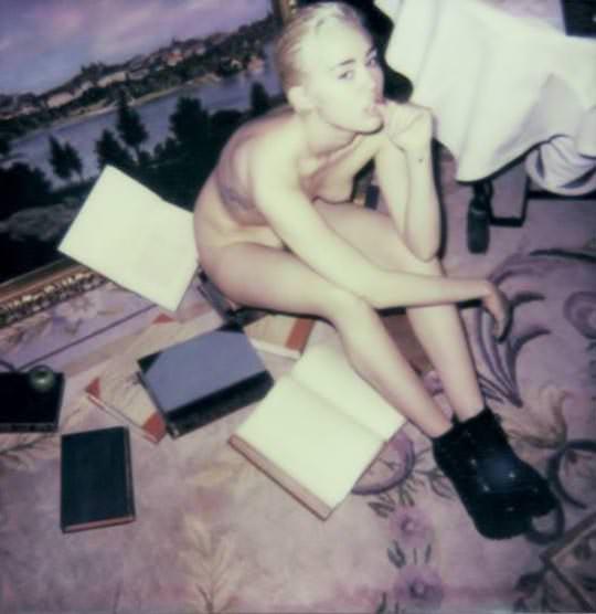 【外人】アメリカン歌手で女優マイリー・サイラス(Miley Cyrus)が全裸おっぱいポラロイド写真のポルノ画像 3173
