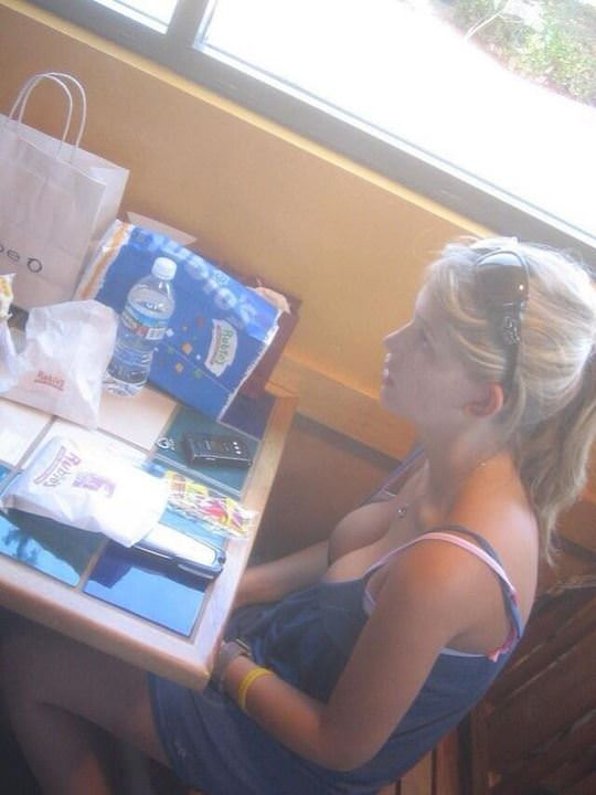 【外人】外国人の可愛い素人娘が胸チラでピンク乳首を見せてるポルノ画像 3225