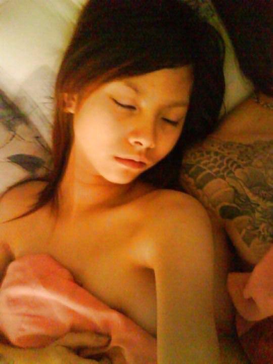 【外人】中国人マフィアとセックスして添い寝する激カワ娘の自画撮りポルノ画像 327