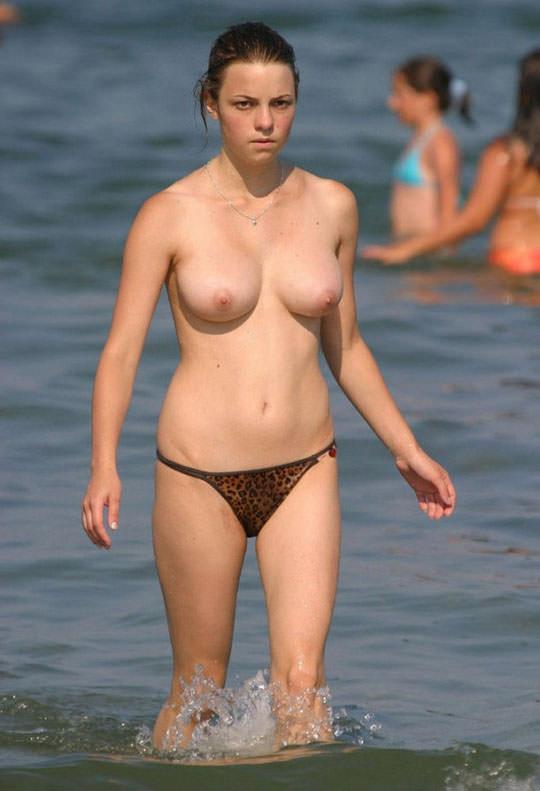 【外人】フランスのヌーディストビーチで撮影された素人娘の巨乳おっぱいポルノ画像 399