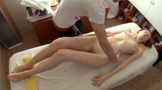 【外人】パイパンまんこが通う膣内マッサージ屋のハメ撮りポルノ画像 411