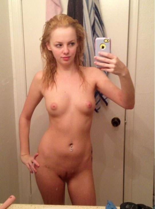【外人】鏡越しに自画撮りアップしてるセクシー美少女のおっぱいポルノ画像 495