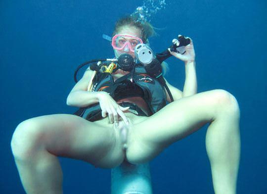 【外人】アワビかと思ったらおまんこだった水中に浮かぶ素人娘のポルノ画像 69