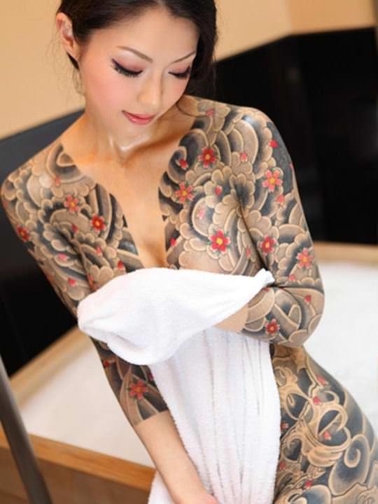 【外人】可愛い女の子が体中にタトゥーを入れてセクシーにキメてるポルノ画像 821
