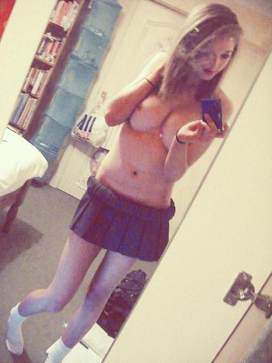 【外人】鏡越しに自画撮りアップしてるセクシー美少女のおっぱいポルノ画像 848