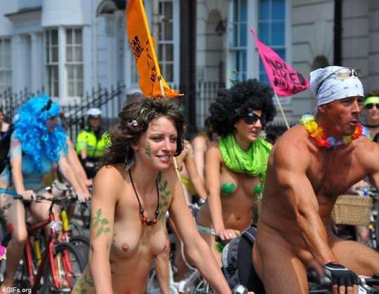 【外人】World Naked Bike Rideで全裸になってチャリに乗る美女達の街撮り露出ポルノ画像 01101
