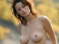 【外人】大自然と見事にマッチしてる巨乳おっぱいモデルのアナスタシア(Anastasia Gurtovaya)の野外露出ポルノ画像