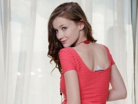 【外人】ロリ顔で愛らしい表情のウクライナ美少女エミリー・ブルーム(Emily Bloom)のパイパンまんことおっぱいポルノ画像