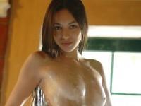 【外人】すげぇ~可愛いチェコ人ヌードモデルのソフィア(Sofia C)が風呂でぱっくりおまんこ割りしてるポルノ画像
