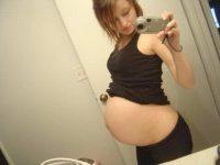 【外人】10代で妊娠してしまった若人妻たちの自画撮りお腹の素人ポルノ画像