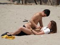 【外人】隠し撮りされてるとも気づかずにビーチでセックスしてる素人バカップルの青姦ポルノ画像