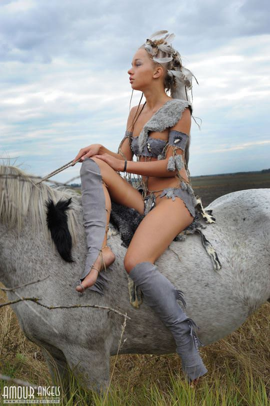 【外人】野性味あふれる美少女戦士すんな(Sunna)がおまんこパックリ野外露出コスプレしてるポルノ画像 1046