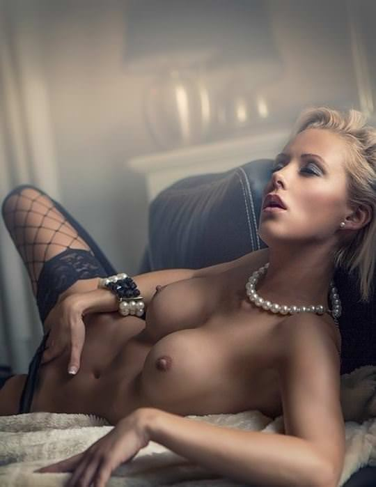 【外人】憧れのブロンド美女がエッチなおっぱいヌードを披露するポルノ画像 11105